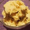 Weißes, vanilliges Schokoladeneis (mit Apfel-Kakao-Crumble)