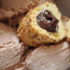 Sahniges Mandel-Nougat-Eis mit weißer Schokolade
