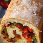 Grillbeilage gesucht? Mein Tipp: Quarkbrot mit Paprika-Tomaten-Füllung