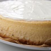 Dekadent-cremiger New York Cheesecake mit Keksboden und Schmandtopping