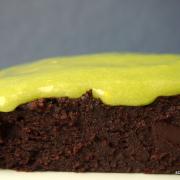 Fuuuuudgy-schokoladige Avocado-Brownies mit giftgrünem Topping